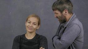 Ссора молодой семьи, супруг screams на его жене, концепции конфликта, насилии в семье спокойная девушка смотрит сток-видео