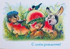 СССР ОКОЛО 1992 Показ открытки: Еж, белка и зайчик есть арбуз ОКОЛО 1992 стоковые фото