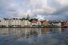 Ставангер, Норвегия - 31-ое июля 2016: внутренняя гавань порта Ставангера, под угрожая небом стоковое изображение