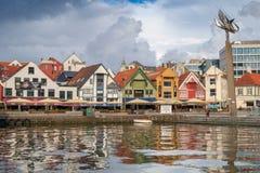 Ставангер, Норвегия - 31-ое июля 2016: внутренняя гавань порта Ставангера, под угрожая небом стоковое фото rf