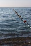 Ставьте бакены барьер веревочки на воде с поплавками стоковое изображение rf