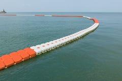 ставьте бакены барьер на поверхности моря для того чтобы защитить людей от шлюпки стоковые изображения rf