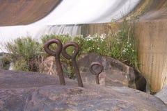 Ставящ крюки на якорь врезанные в утесе Стоковое фото RF