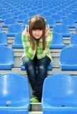 стадион нот девушки слушая Стоковое Изображение