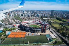Стадион плиты реки в Буэносе-Айрес увиденном от самолета стоковая фотография