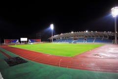 Стадион с местом на открытой трибуне в ноче Стоковые Фотографии RF