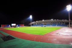Стадион с местом на открытой трибуне в ноче Стоковая Фотография RF