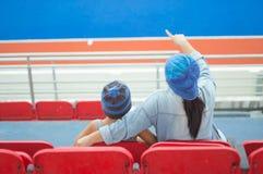 Стадион хоккея матери и сына внешний стоковые фотографии rf