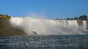 Стадо уток летая около воды падает niagara Канада акции видеоматериалы