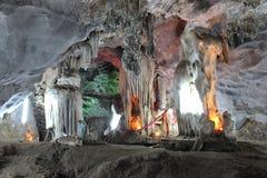 Сталагмиты внутри пещер, красивая природа стоковые фото
