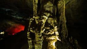 Сталактиты внутри старой пещеры кавказских гор в Kutaisi, Georgia акции видеоматериалы