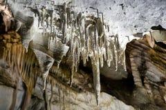 Сталактиты в пещере стоковое изображение rf