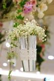 Стальная ваза с цветками красивый орнамент в свадьбе Стоковая Фотография RF
