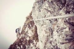 Стальная веревочка дальше через ferrata с альпинистами Стоковая Фотография RF