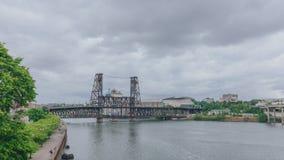 Стальной мост над рекой Willamette в городском Портленде, США стоковые изображения rf