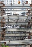 Стальные балки и ремонтины бамбуков в быстро растущем Шанхае, отаве экономический греметь стоковая фотография