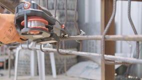 Стальные монтеры подключая стальные штанги для конкретного подкрепления сток-видео