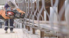 Стальные монтеры подключая стальные штанги для конкретного подкрепления видеоматериал