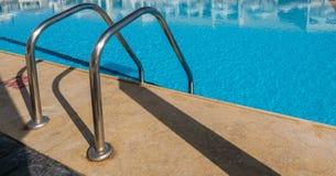 Стальные поручни в бассейне, чудесные деятельности при спорт стоковое изображение rf