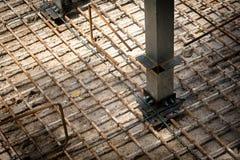 Стальные пруты конструкции на строительной площадке Железный провод сварки стоковое изображение rf
