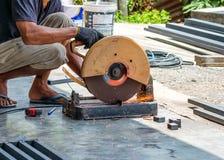Сталь sawing мастера с дисковым шлифовальным станком Стоковая Фотография RF