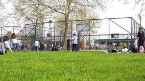 СТАМБУЛ - дети ТУРЦИИ 6-ое мая 2016 имеют потеху на спортивной площадке в парке сток-видео