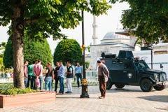 Стамбул, 15-ое июля 2017: Военное транспортное средство в квадрате Sultanahmet в Стамбуле Конфликтная ситуация требует интервенци Стоковое фото RF