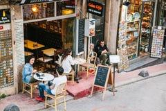 Стамбул, 15-ое июня 2017: Люди сидя вне ресторана Galata Kofte Популярное место среди туристов и местных людей Стоковые Изображения RF