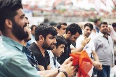СТАМБУЛ - 20-ОЕ МАЯ: Молодые люди танцуя типичный turkish танцует I Стоковая Фотография