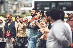 СТАМБУЛ - 20-ОЕ МАЯ: Молодые люди танцуя типичный turkish танцует I Стоковая Фотография RF