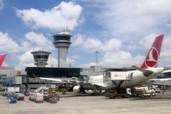 СТАМБУЛ, ТУРЦИЯ - авиакомпании Turkisk - авиапорт Ataturk Стоковое Изображение