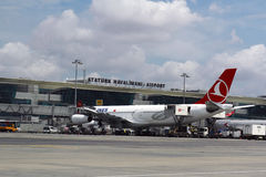 СТАМБУЛ, ТУРЦИЯ - авиакомпании Turkisk - авиапорт Ataturk Стоковое Фото