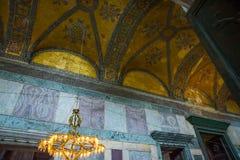 СТАМБУЛ, ТУРЦИЯ: Интерьер Hagia Sophia Золочение и орнамент на потолке Hagia Sophia больший памятник византийского стоковое изображение rf