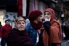 СТАМБУЛ, ТУРЦИЯ - 28-ОЕ ДЕКАБРЯ 2015: Женщины нося исламский головной платок различных времен в улицах Стамбула Стоковое Фото