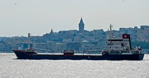 СТАМБУЛ, ТУРЦИЯ - 24-ОЕ МАЯ: Взгляд корабля курсируя вниз с Bosphorus в Стамбуле Стоковые Изображения RF