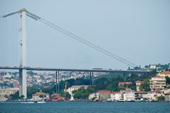 СТАМБУЛ, ТУРЦИЯ - 24-ОЕ МАЯ: Взгляд моста Bosphorus в Стамбуле Стоковые Фото