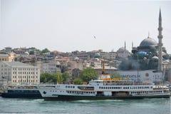 СТАМБУЛ, ТУРЦИЯ - 24-ОЕ МАЯ: Взгляд шлюпок и зданий вдоль Bosphorus в Стамбуле Стоковое Изображение