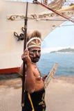 СТАМБУЛ, ТУРЦИЯ - 28-ОЕ МАЯ 2010: Родной индонезийский человек усмехаясь на индигенном племени в параде Karakoy Стамбуле Индонези Стоковое фото RF