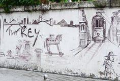 Стамбул, ТУРЦИЯ, 25-ое сентября 2018 Граффити с символами Стамбула стена улицы надписи на стенах искусства цветастая покрытая стоковые изображения