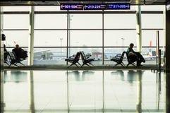 СТАМБУЛ, ТУРЦИЯ - октябрь 2013: Взгляд платформы авиапорта Стоковая Фотография