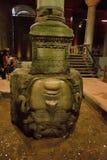 СТАМБУЛ, ТУРЦИЯ: Скульптура в цистерне базилики, это Медузы самые большие нескольк 100 старых цистерн в городе стоковое фото