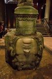 СТАМБУЛ, ТУРЦИЯ: Скульптура в цистерне базилики, это Медузы самые большие нескольк 100 старых цистерн в городе стоковая фотография rf