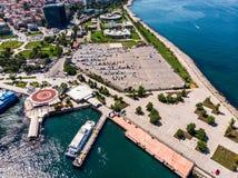 Стамбул, Турция - 23-ье мая 2018: Воздушный взгляд трутня автостоянки Kadikoy стоковая фотография