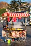 СТАМБУЛ - 23-ЬЕ НОЯБРЯ: Человек при красочная тележка продавая свежее жаркое стоковые фотографии rf