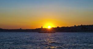 Стамбул Взгляд Uskudar на заходе солнца в Турции акции видеоматериалы
