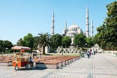 Стамбул, 16-ое июня 2017: Известный во всем мире голубая мечеть в Стамбуле также вызвана Sultanahmet индюк Продавец на стоковые фотографии rf