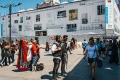Стамбул, 15-ое июня 2017: Люди на Eminonu придают квадратную форму в середине дня - полицейских, человека с медицинским бросанием Стоковое Изображение