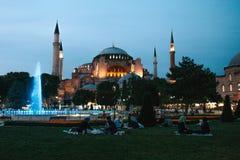 Стамбул, 16-ое июня 2017: Много людей исламского вероисповедания принимают еду на квадрате Sultanahmet рядом с голубой мечетью Стоковое Изображение RF