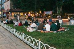 Стамбул, 16-ое июня 2017: Много людей исламского вероисповедания принимают еду на квадрате Sultanahmet рядом с голубой мечетью Стоковые Фотографии RF