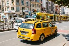 Стамбул, 11-ое июня 2017: Традиционное желтое такси едет на улице в районе Fatih Стамбула, Турции Урбанско Стоковая Фотография